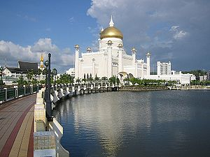 English: Mosque in the centre of Bandar Seri B...