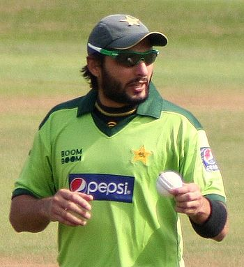English: Shahid Afridi in the field during a 5...